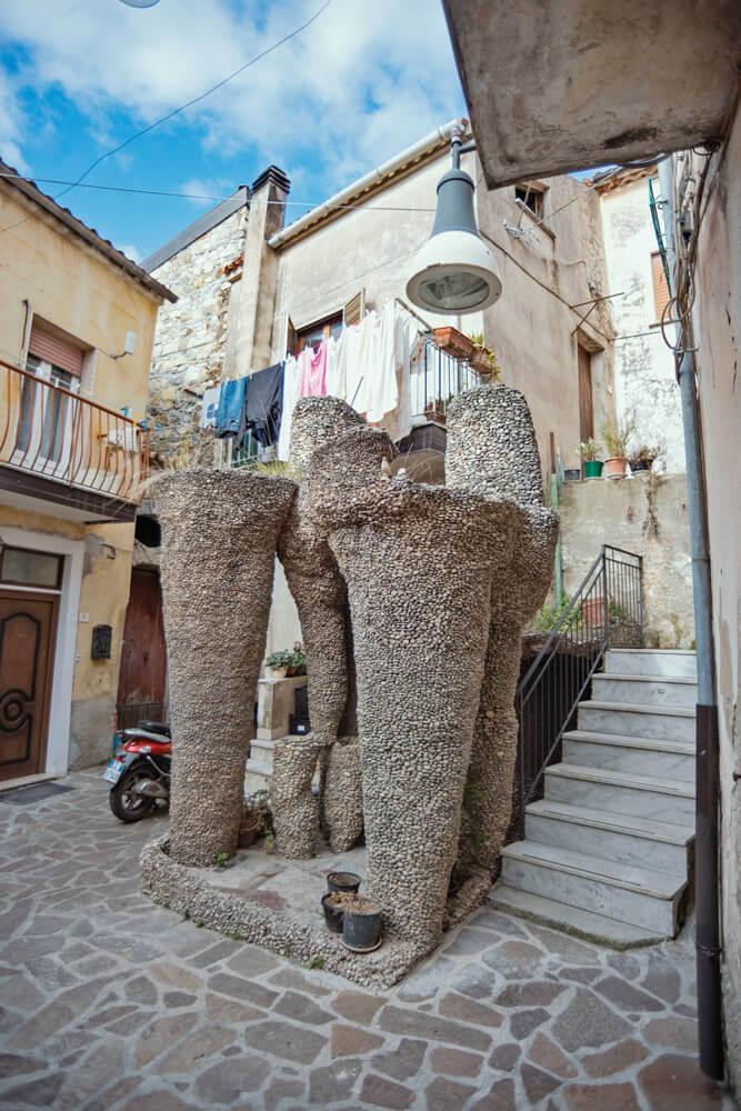 Scultura di Guerino Galzerano in Piazzetta Borgo